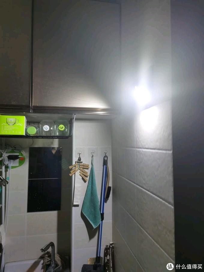 """20元钱解决阳台一年的照明需求!豪横的面对父母浪费电的指责?""""抠针缝""""专家告诉你!"""