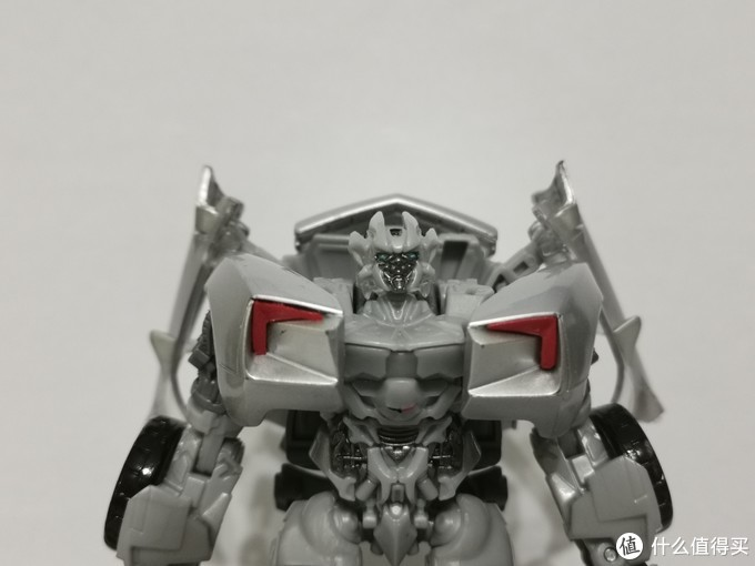玩具尺寸缩水很明显,头雕几乎无法看到细节。