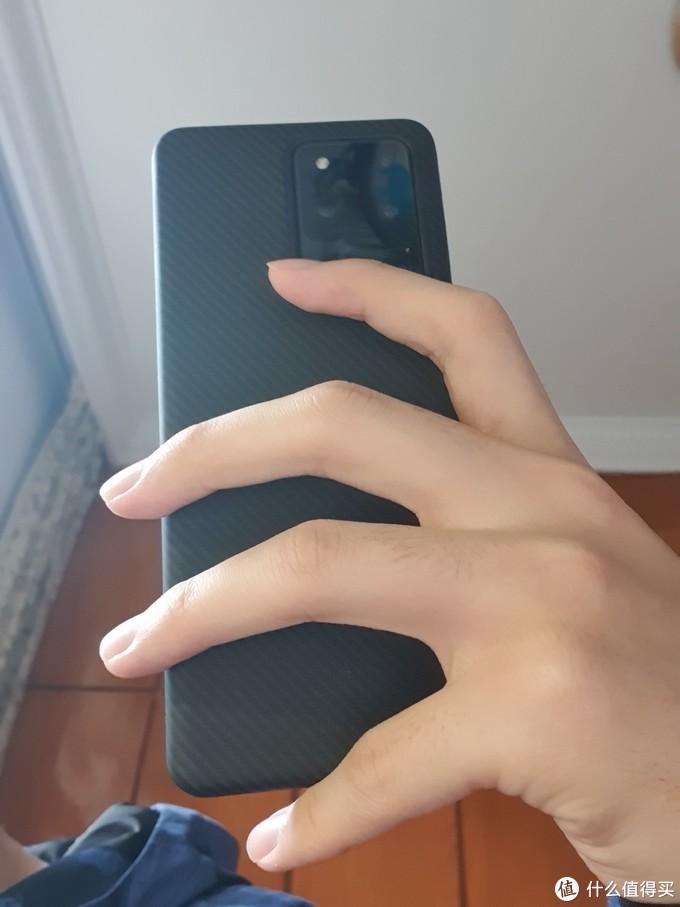 这是我平时拿手机的方式,看来在S20U上我得改改了