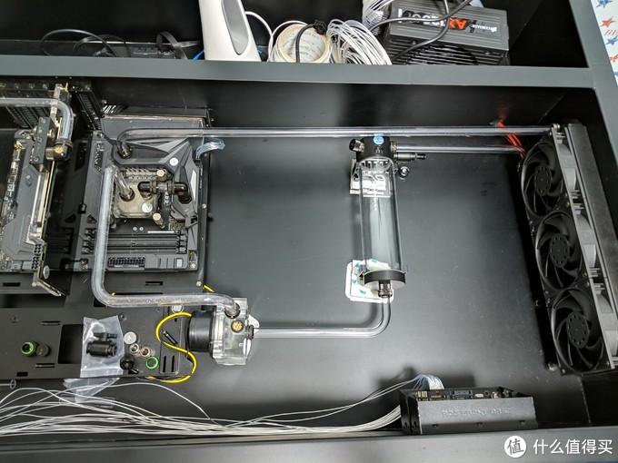 水箱水泵和冷排不是一个水平面,下面垫了了3M的防震垫