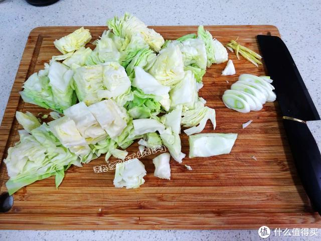 圆白菜不要光做手撕的啦!像我这么做没放肉却比肉炒的都要香!