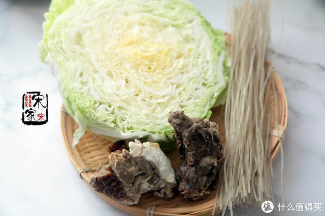 这肉煮熟后卖80元1斤,和白菜炖1锅,开胃解馋,贵点也过瘾