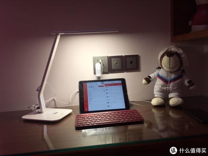 书桌简约小电脑