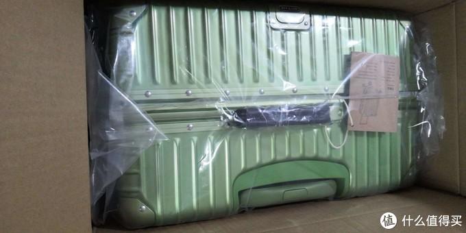 行李箱本身,绿色也不是特别亮有点磨砂的哑光色彩