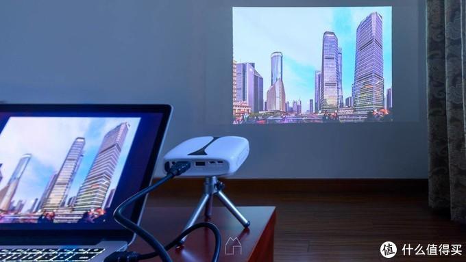 就这么大!手机投屏,电脑连线,U盘播放——售价不到千元的瑞格尔RD606 便携投影机上手