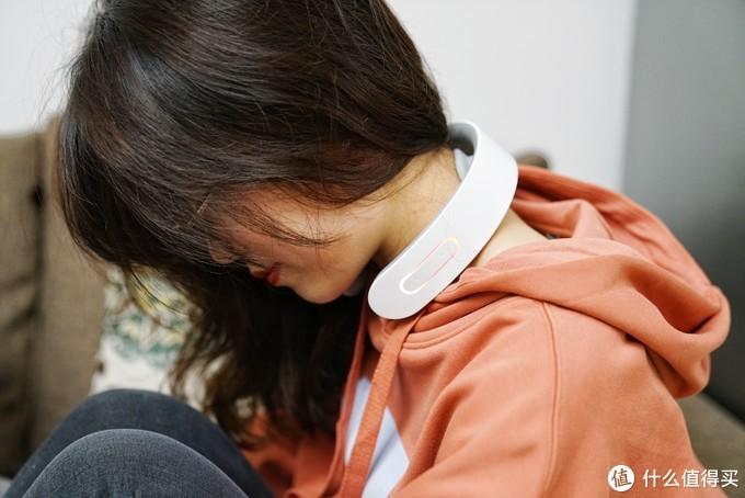 15分钟缓解酸胀,小姐姐亲自戴言—荣泰颈椎按摩器使用体验