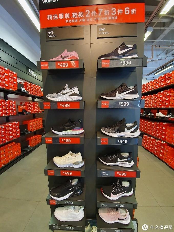 女士的跑步鞋多一些