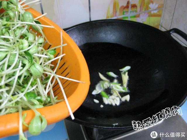 """这种豆子有""""药王""""之称,常吃用它发的芽苗可以活血利尿补肝明目"""