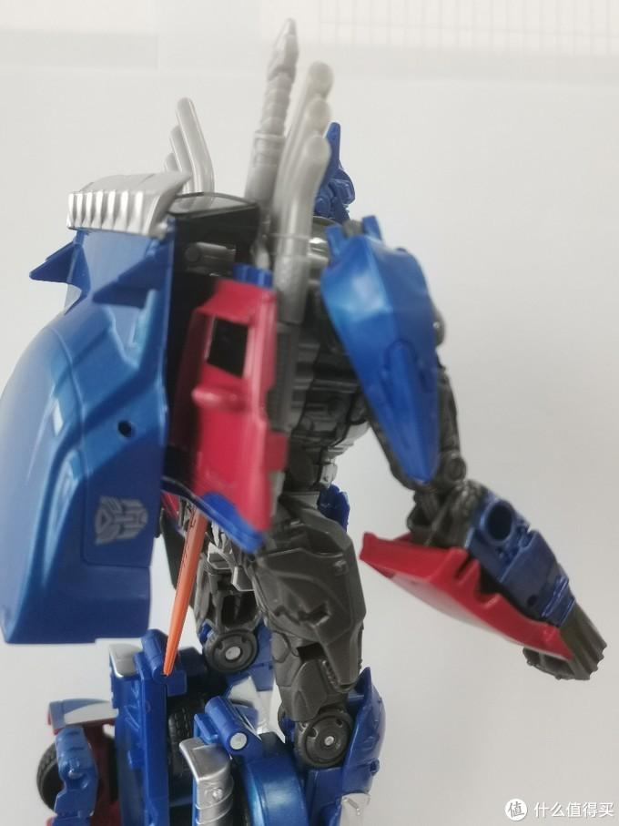 后背有专门预留的大剑卡槽。小臂有金属蓝色图装。大腿还原设定的细节也很多,但可惜仍没有涂装。