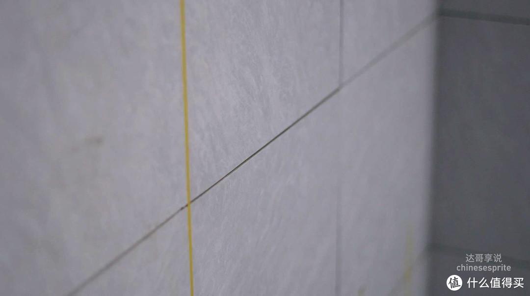 技巧:要想清缝省力,师傅贴完砖,要求帮忙清理下。
