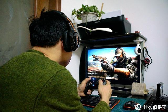 大男孩宅家上网课练射击联机对战都需要的PXN耳麦