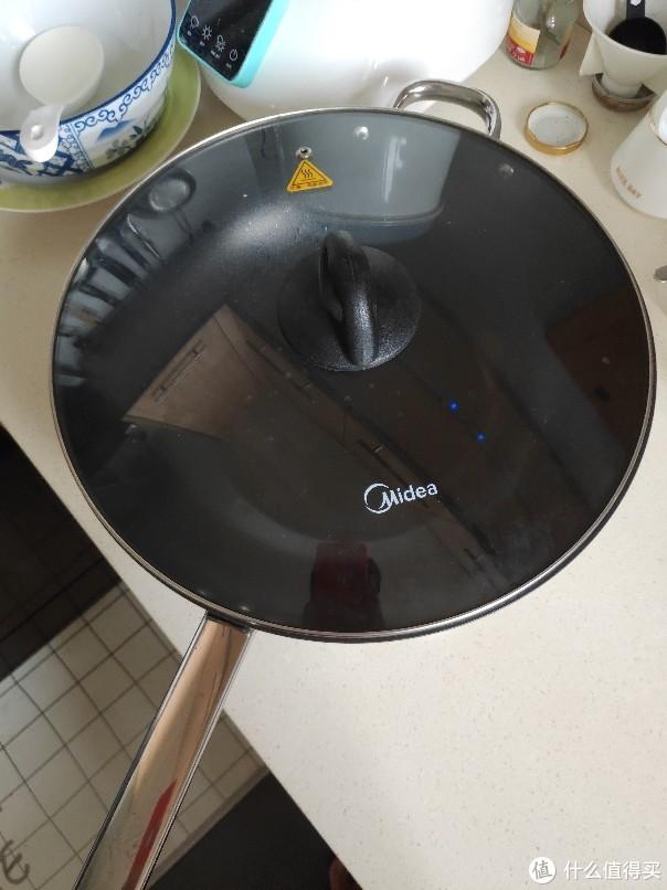 买回来才想起来没有锅盖……找来找去原来的炒锅盖都太小了 突然想起来有个美的电火锅 完美!