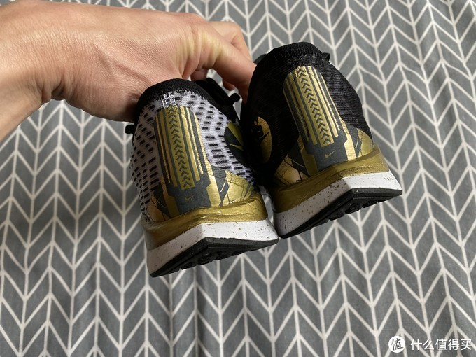 上马黑金配色的Nike ZOOM PEGASUS TURBO 2