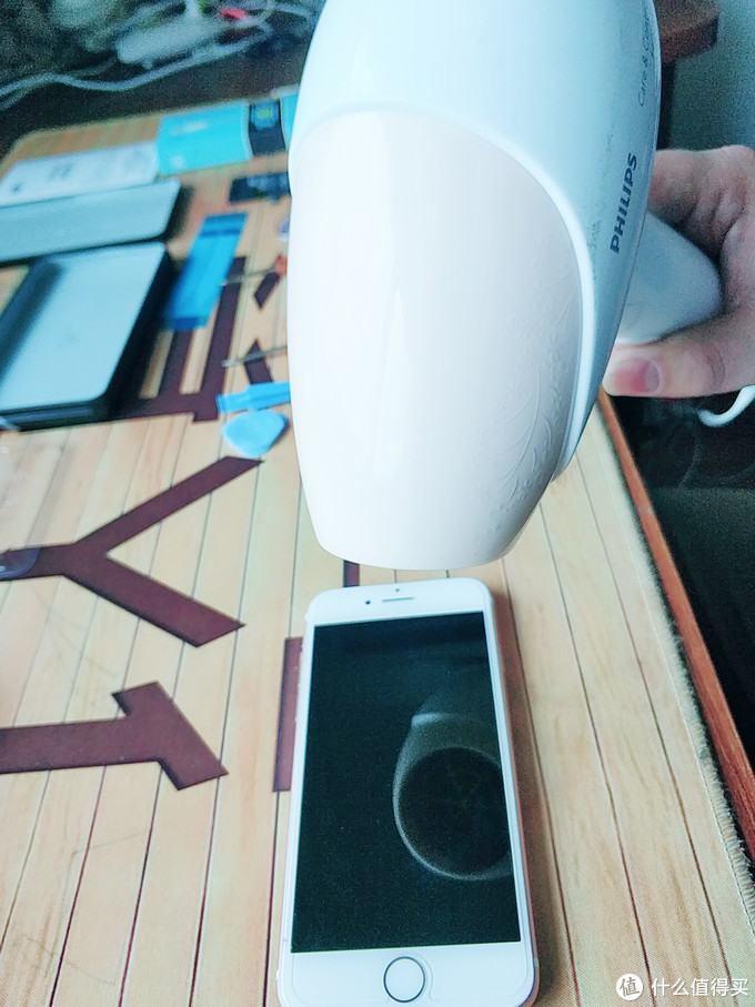 电吹风四周均匀受热,胶就会溶,方便后期拆开液晶屏幕 1-2分钟即可