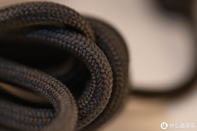 线材采用了当下轻量化鼠标必备的伞绳线。编制方法我肉眼所见和酷冷MM71X系列差不多,毒蝰由于我只有无线版所以无法判断。不过这根线材在伞绳线里算是比较硬的,和酷冷及毒蝰的线材相比有一定差距。