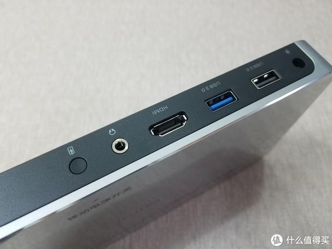 后方提供有一个HDMI,一个USB2.0/3.0,耳机接口和电源孔