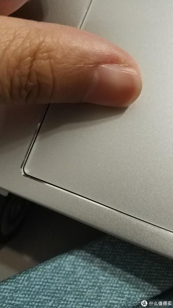 触摸板按下之后是有缝隙的,mbp没有,甚至几年前买的一个华硕的金属轻薄本也没这种情况