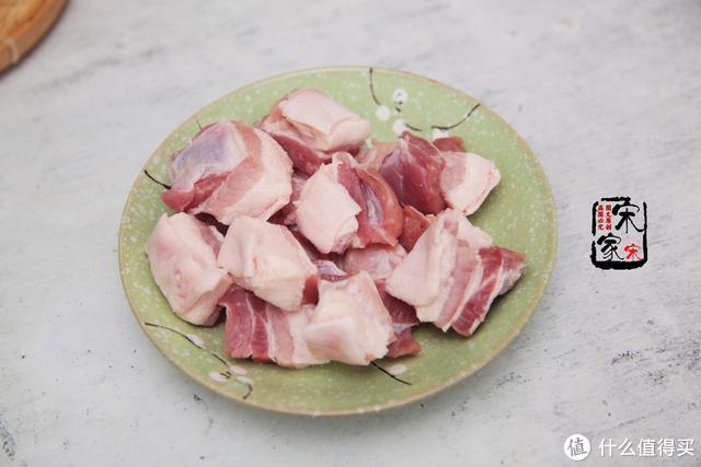 我家红烧肉从不放老抽,用1味料代替,酥烂红亮不油腻,特解馋