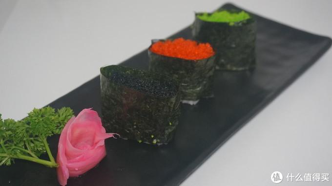 军舰寿司,其实也不难,把米饭用紫菜围起来,上面啥上你想装的东西就可以了。