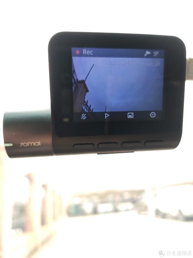 屏幕下方是四个按键,再下方长条按键是关闭屏幕键。