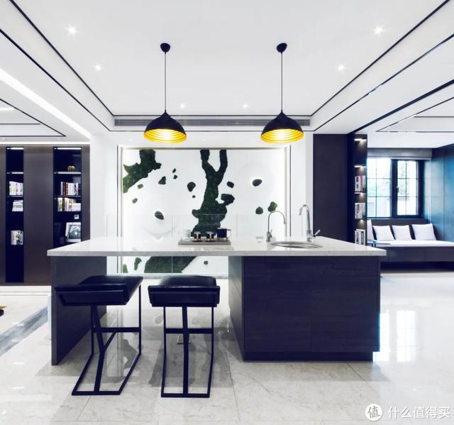 霸道总裁的540㎡别墅,雕塑、灯光营造的黑白轻奢风