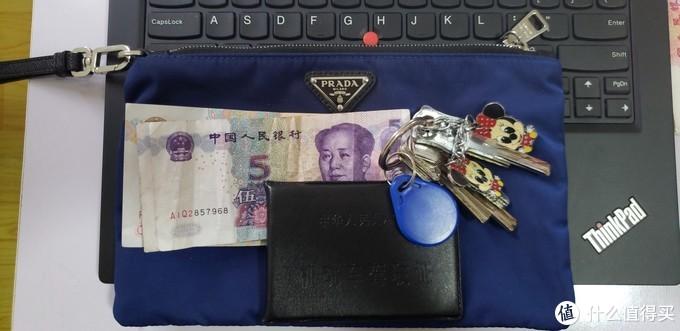 拿来放证件,零钱和钥匙,大小和手提的重量都很合适