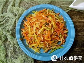 今天这道菜营养很全面。土豆丝,胡萝卜丝,青椒丝,肉丝混搭一起