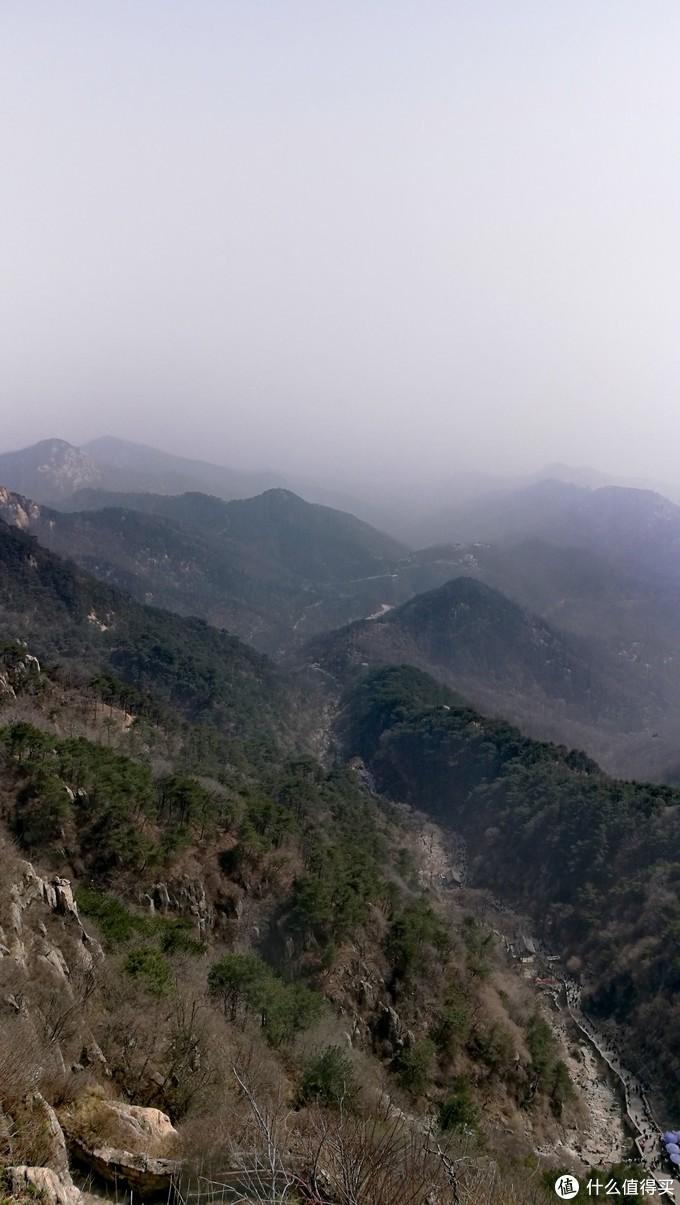 (从天街俯瞰泰山盘道,蜿蜒无尽的石阶。)