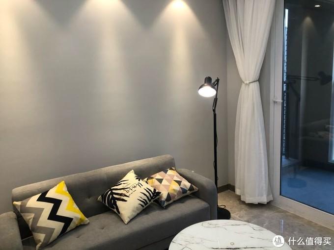 客厅只装了窗纱,活动时购入,买一片送一片,窗帘箱是开发商配的,里面的轨道淘宝购入,自己安装超级方便
