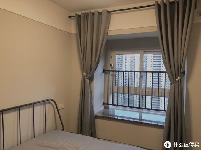 灰色窗帘是阿里巴巴购入,单米价格加8元一米打孔加工费,价格远低于实体店,窗帘的磁铁束带也是1688购入,1.8一对,远低于淘宝价格,缺点在有邮费,有起购数量