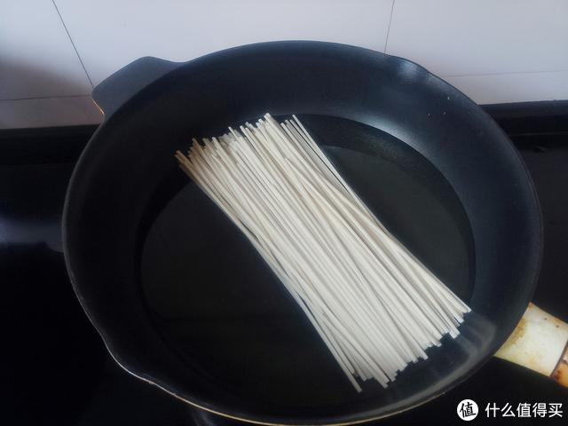 做虾仁炒面时,面条煮熟不要直接炒,多加一步,根根顺滑不粘锅