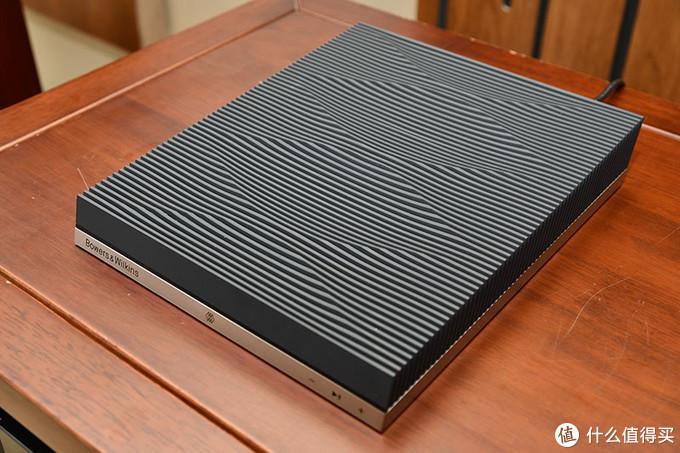 斜切面、波浪纹理的黑色顶盖,兼具散热的功效