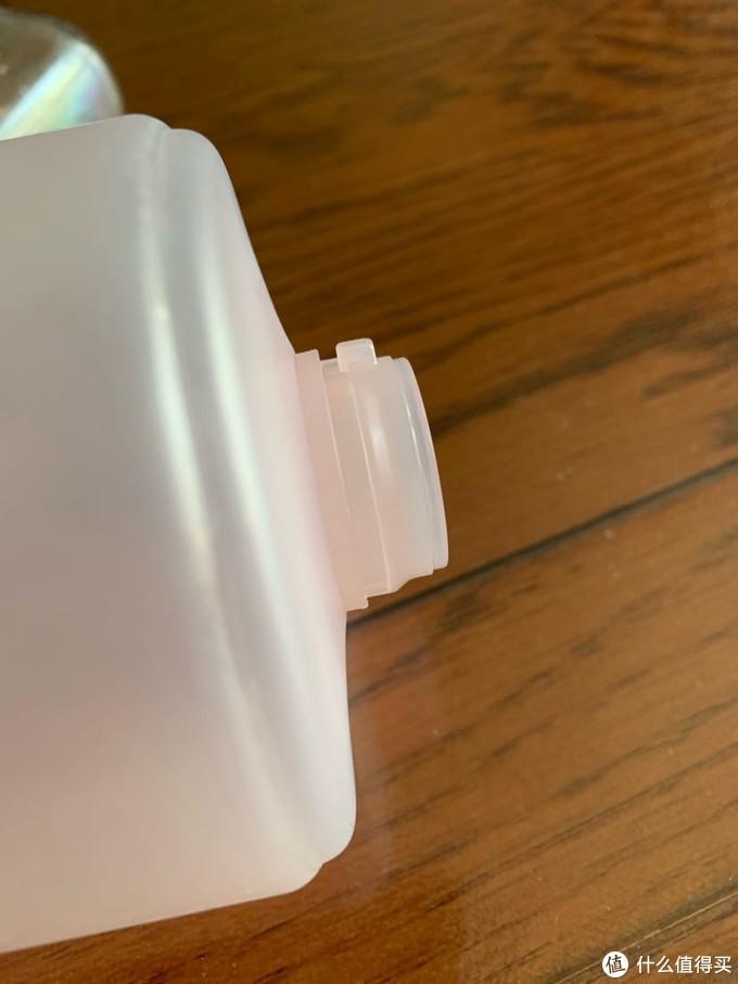 瓶口固定瓶盖的小方块