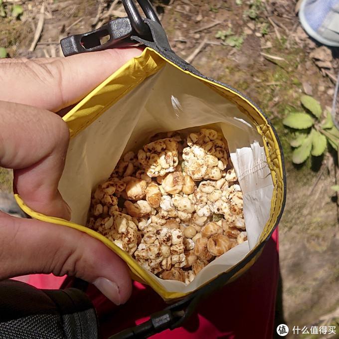爆米花、米老头等食品装在小的袋子中,方便食用没有多余的垃圾