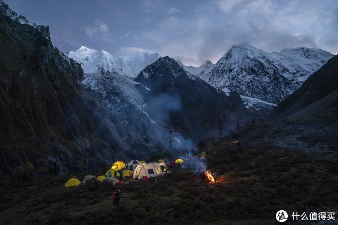 到达第一天的营地,不知道哪个队伍的向导生了篝火,个人认为他们破坏了环境
