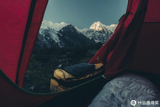 躺在帐篷里看雪山日出