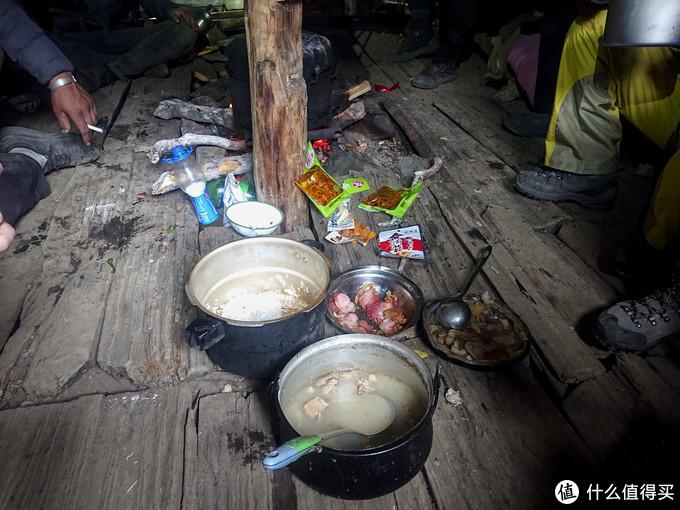 晚餐,鸡汤和米饭还有自带的酸辣菜等等