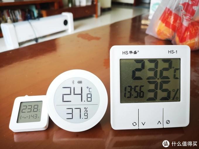 三款凑齐了,但是温度总是不一样,论灵敏度,中间的青萍温湿度计最灵敏,稍微有温度变化就变动,米家的稍微差点,右边的反应最慢