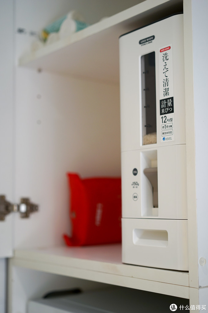 放在L吊柜的ASVEL米箱和防火毯。米箱每次从下面出米,不留陈米;防火毯是厨房必备的安全物资。