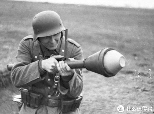 """正在操作""""铁拳""""的德国士兵"""