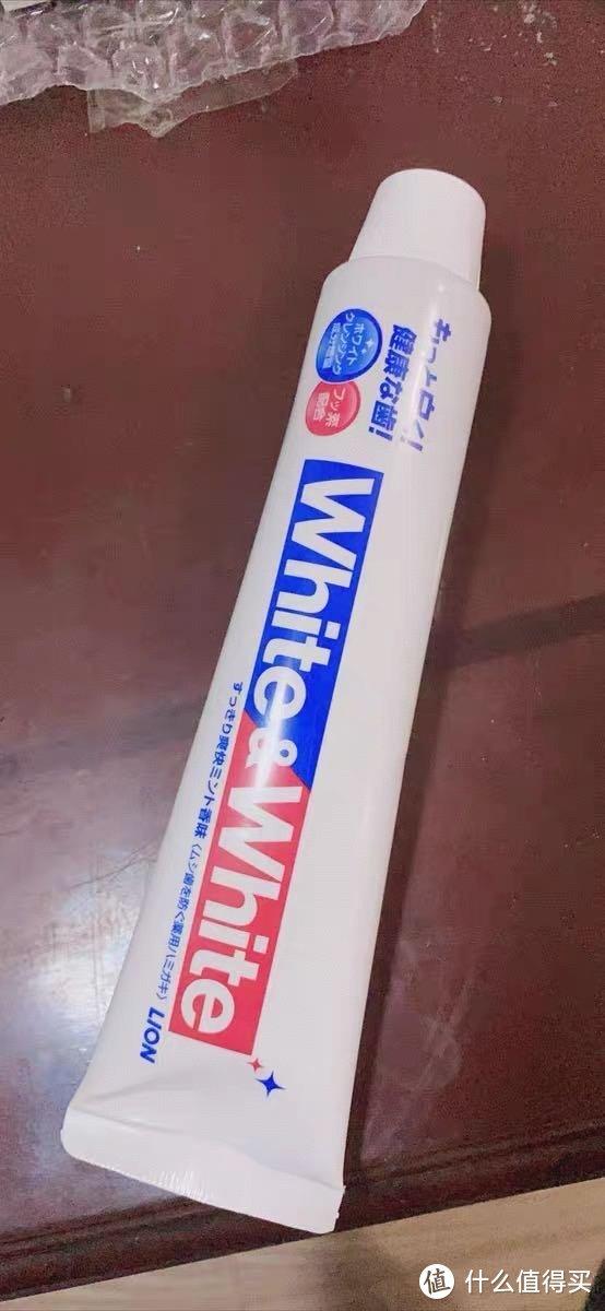 之前就有听很多朋友说起日本这款网红牙膏,首先不说它是否能够亮白,跟普通牙膏比起来它的味道真的很喜欢,而且它的盖子也很有趣,不似一般牙膏那种旋钮的,它是那种直接扣按就可以了的。刷完牙口腔内一股薄荷的淡淡清香味,真的很不错。