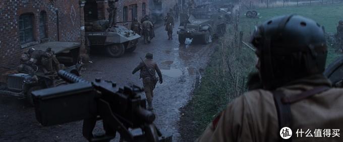 左侧的吉普车和背对我们的士兵身背的M1卡宾枪