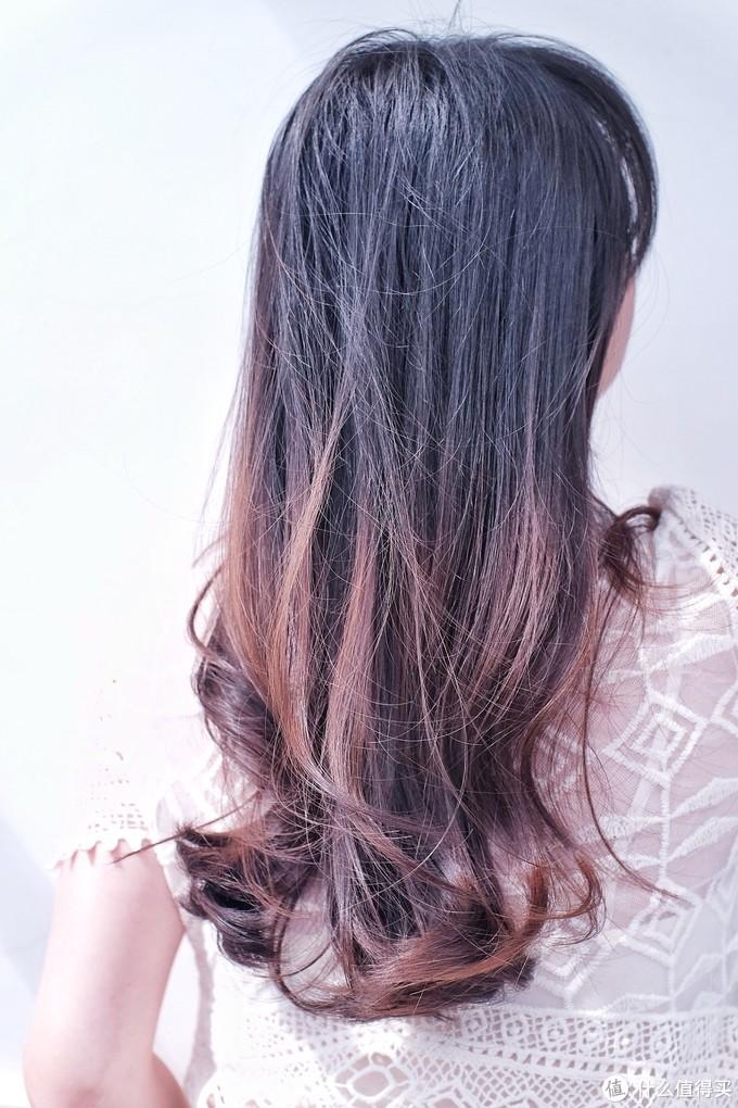如果是头发八成干立刻做造型,头发卷度基本可以维持两天(因为我隔天洗一次头),如果是纯干发状态做造型,当天卷度就会基本消失。