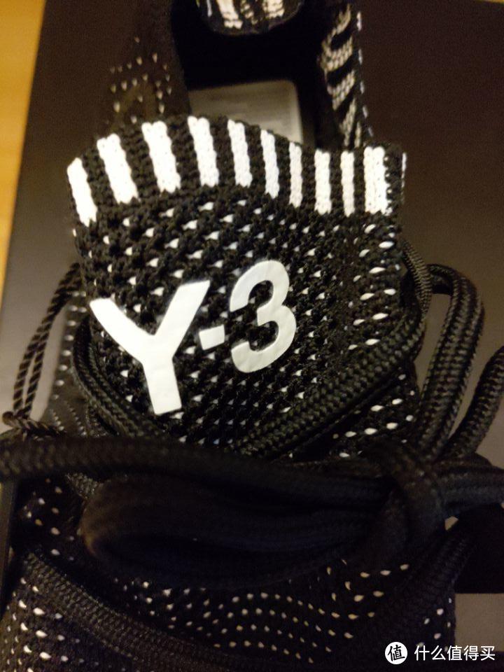鞋舌处印有白色Y-3logo
