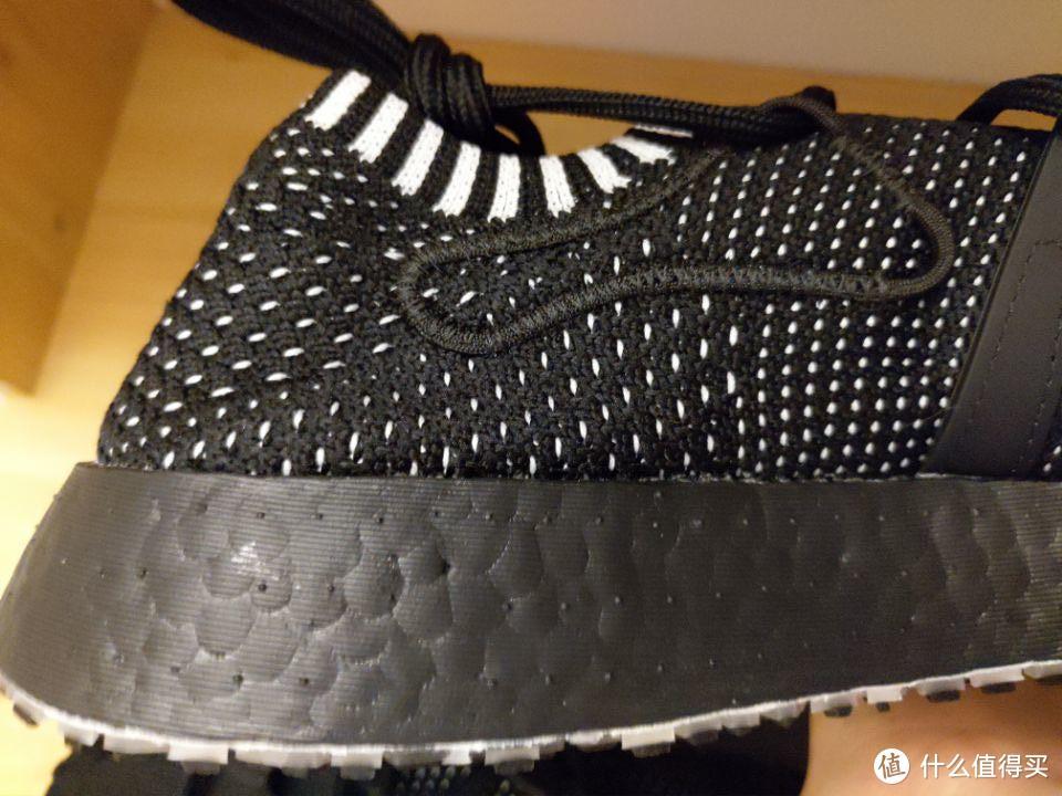 最后一个鞋带扣是一个缝在鞋口处的...皮筋?