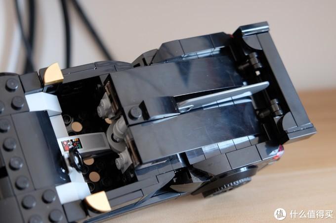 两块极大的曲面件覆盖车后部,中间用了灭霸的半截大刀零件。