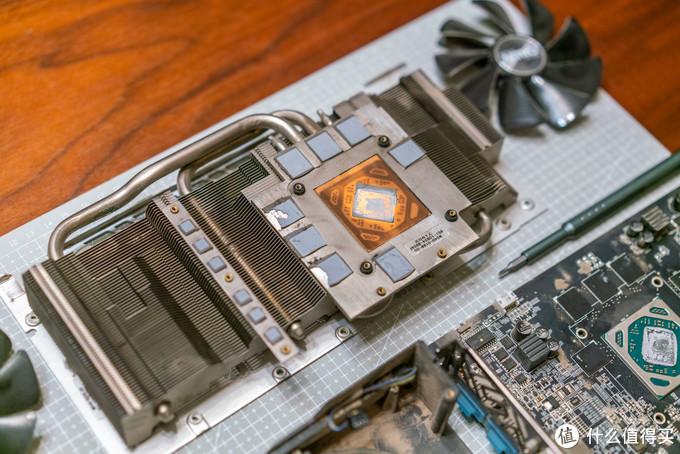 原厂硅脂和硅胶垫,接近3年的显卡了,一拆就碎了,等下全都换掉