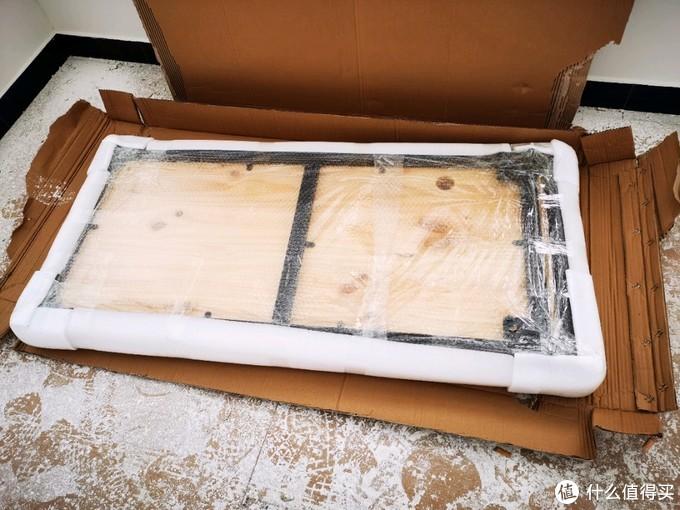 包装是真的负责的,铁艺框架也已经直接安装在了桌面上。