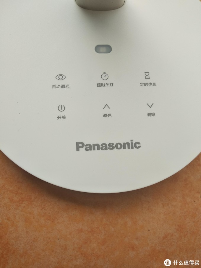 台灯的控制面板你,简单功能都有了,我喜欢功能单调的,不会容易出问题,而且其实功能多了,很多功能也不一定能用上