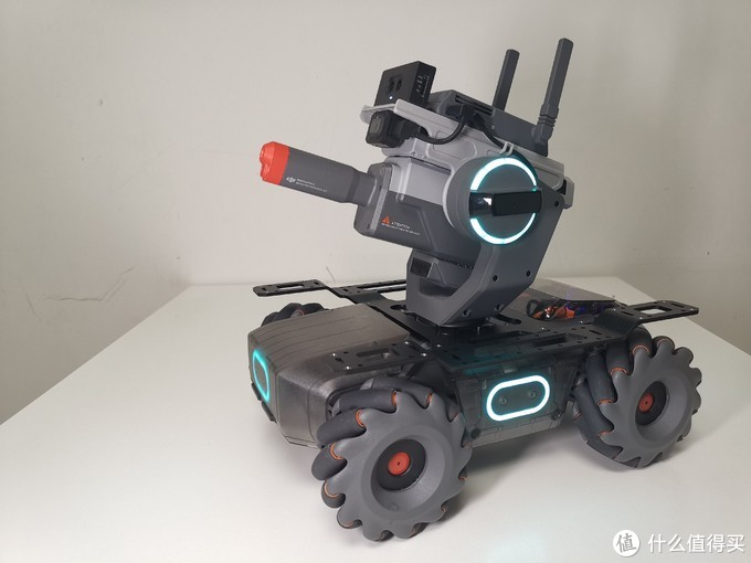 这是步兵机器人拼装好的样子,它和工程机器人其实是共用底盘的,只不过将机械臂和机械爪结构换成了云台和发射器。